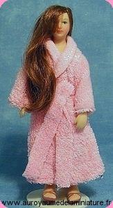 Echelle 1/12 - Personnage FEMME  miniature  en PEIGNOIR de BAIN